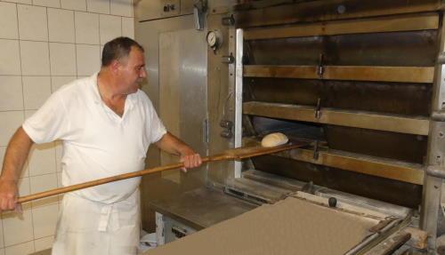 Bäcker mit Schieber vor dem Ofen